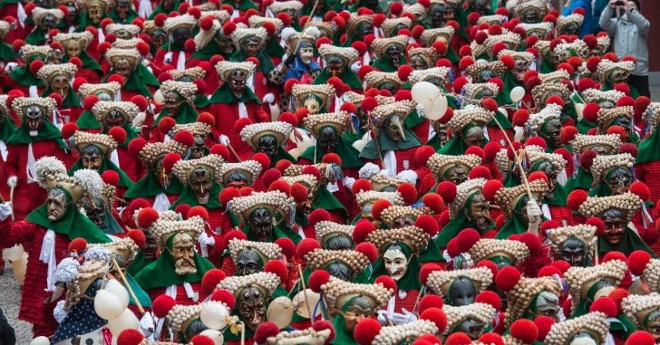 ELZACH, ALEMANHA - Centenas de pessoas participam do tradicional 'Schuttigsprung', no carnaval em Elzach, na Alemanha