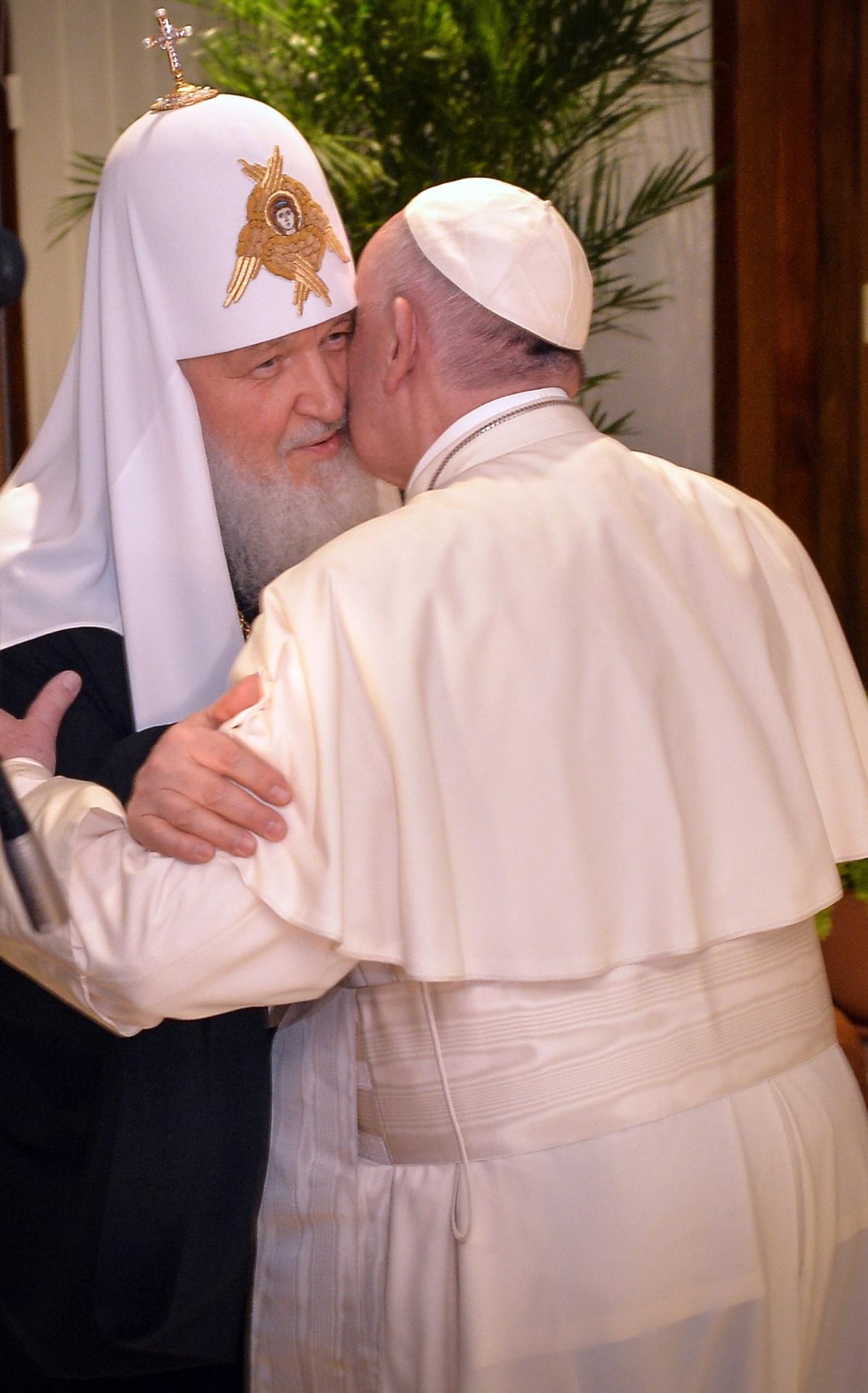 12.fev.2016 - O patriarca da Igreja Ortodoxa Russa, Kirill, encontra o papa Francisco, líder da Igreja Católica, no aeroporto José Martí, em Havana. O encontro entre os dois em Cuba é o primeiro em quase mil anos de cisão entre as Igrejas