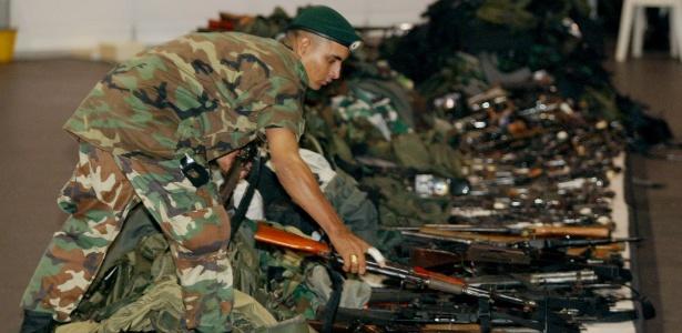 Militares inspecionam armas de paramilitares desmobilizados em 2003
