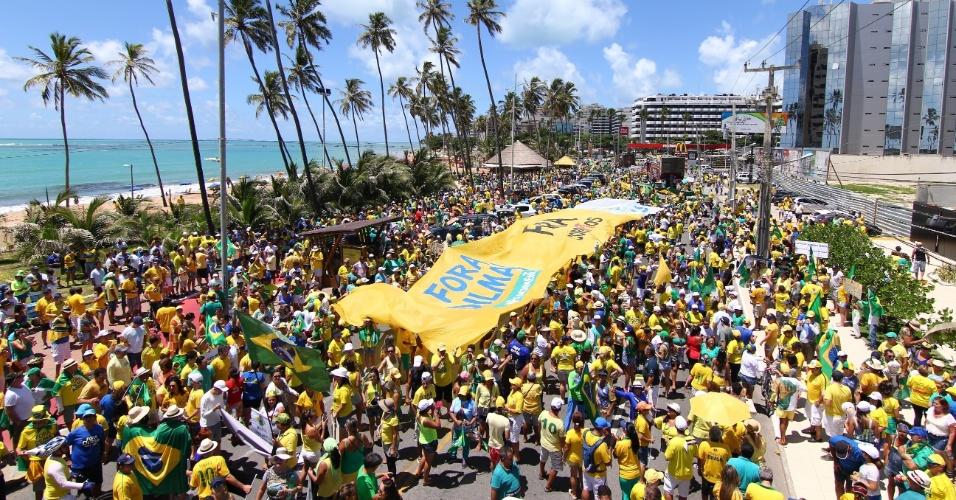 13.mar.2016 - Manifestantes protestam contra o contra o governo Dilma Rousseff (PT), no corredor Vera Arruda em Maceió, Alagoas. Manifestações devem ocorrer em pelo menos 415 cidades brasileiras e outras 23 no exterior, de acordo com os movimentos organizadores