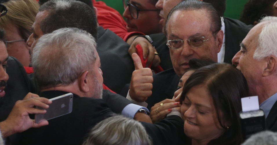 17.mar.2016 - Ex-presidente Luiz Inácio Lula da Silva é cercado por simpatizantes, entre eles o deputado Paulo Maluf (PP-SP), ao final da cerimônia na qual foi empossado como ministro-chefe da Casa Civil, no Palácio do Planalto, em Brasília. O juiz federal Itagiba Catta Preta Neto concedeu liminar que suspende a nomeação