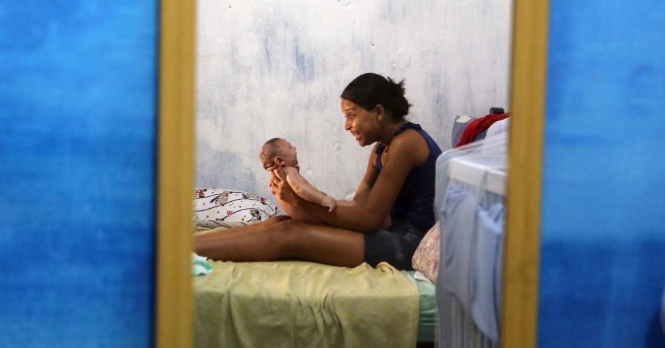 """Após começar a fazer massagens no bebê, Daniele Santos notou mudanças no comportamento da criança. """"O choro dele ficou menos agudo depois das massagens e dos banhos"""", contou ela, comentando que Juan Pedro está """"muito mais calmo"""""""
