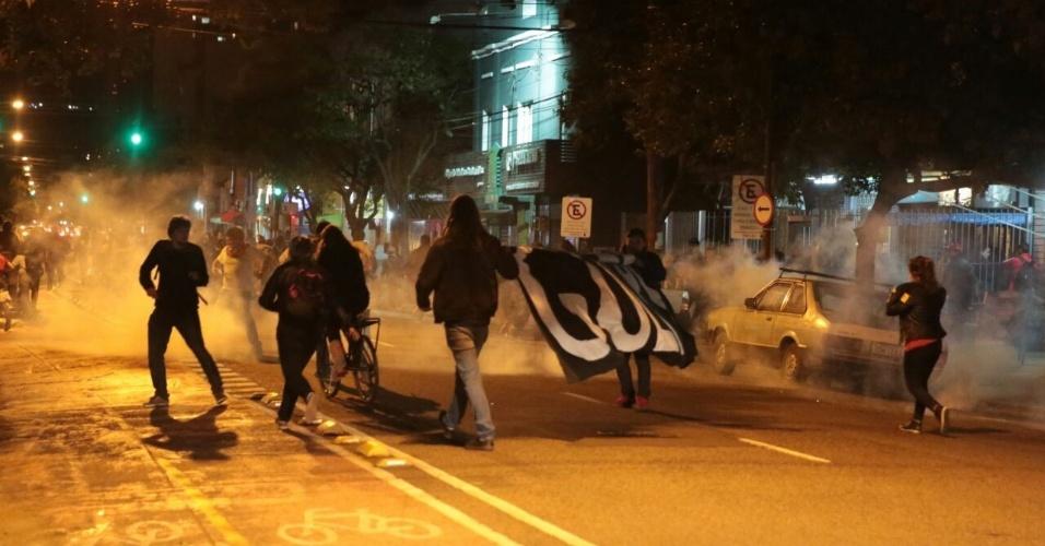 12.mai.2016 - Com bombas de gás lacrimogêneo e de efeito moral, policiais da Brigada Militar reprimem manifestantes contrários ao afastamento da presidente afastada Dilma Rousseff (PT) e ao presidente interino Michel Temer (PMDB) em Porto Alegre. O ato teve início na avenida João Pessoa, em frente à sede do PMDB no Rio Grande do Sul