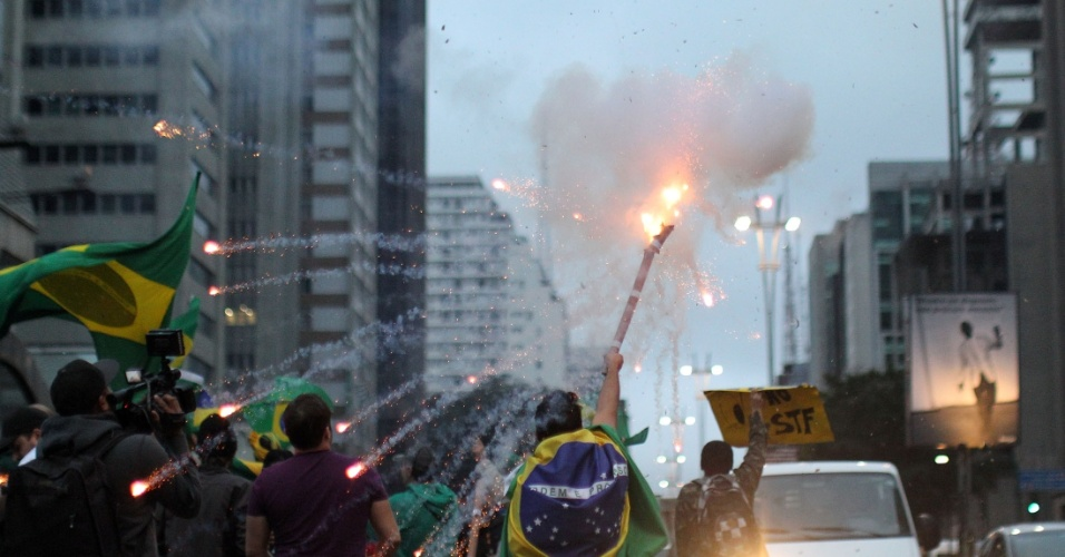 12.mai.2016 - Manifestantes a favor do afastamento da presidente Dilma Rousseff comemoram decisão do Senado de aprovar a abertura do processo de impeachment, na manhã desta quinta-feira. No Senado,foram 55 votos a favor e 22 contra. Dilma deixa a Presidência um ano e quatro meses depois de assumir seu segundo mandato