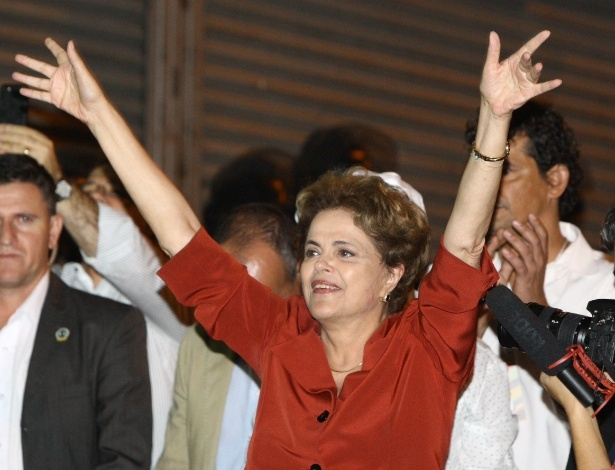 A presidente afastada Dilma Rousseff fala com manifestantes contrários ao seu impeachment durante ato em Belo Horizonte - Flávio Tavares/Estadão Conteúdo