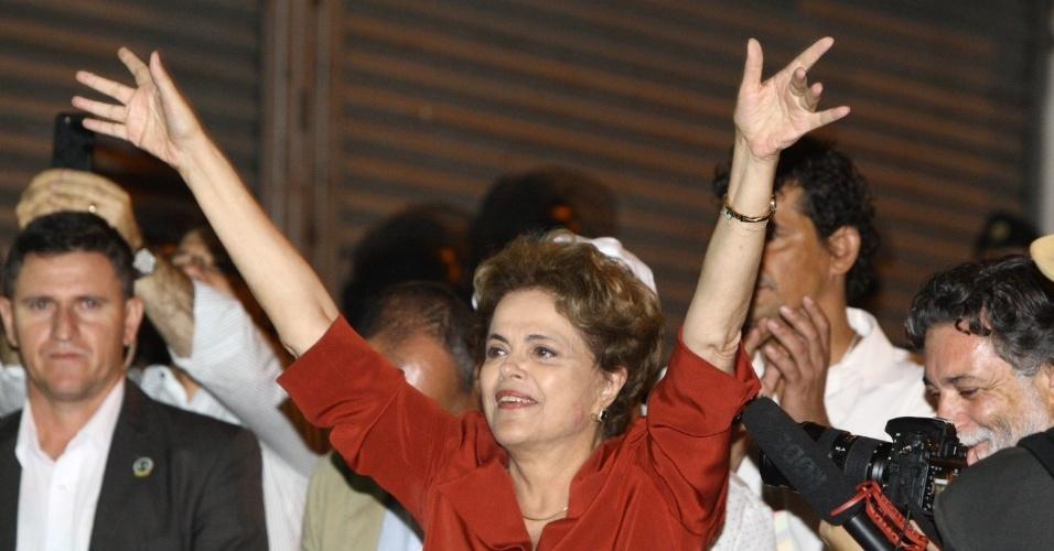 20.mai.2016 - A presidente afastada Dilma Rousseff fala com manifestantes contrários ao seu impeachment durante ato em frente ao Hotel Oton, onde ela participou do 5º Encontro Nacional de Blogueiros e Ativistas Digitais, em Belo Horizonte, nesta sexta-feira