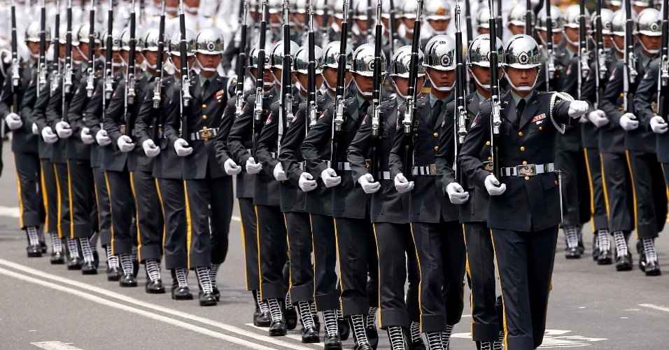20.mai.2016 - Tropas marcham durante a cerimônia de posse da presidente de Taiwan, Tsai Ing-wen, em Taipé