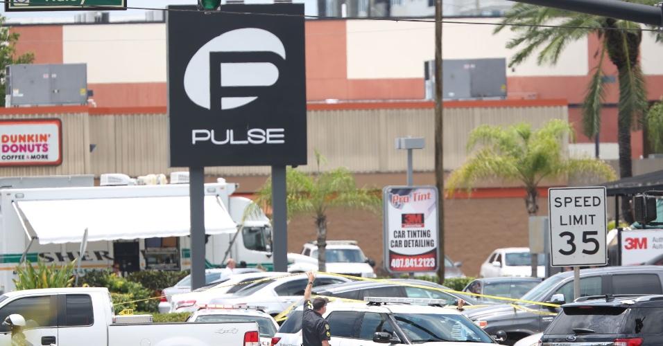 12.jun.2016 - Carros de polícia ficam do lado de fora da boate gay Pulse, em Orlando, na Flórida (EUA), onde o norte-americano Omar Mateen, 29, matou 50 pessoas e deixou 53 feridas. Esse foi o pior massacre da história dos Estados Unidos