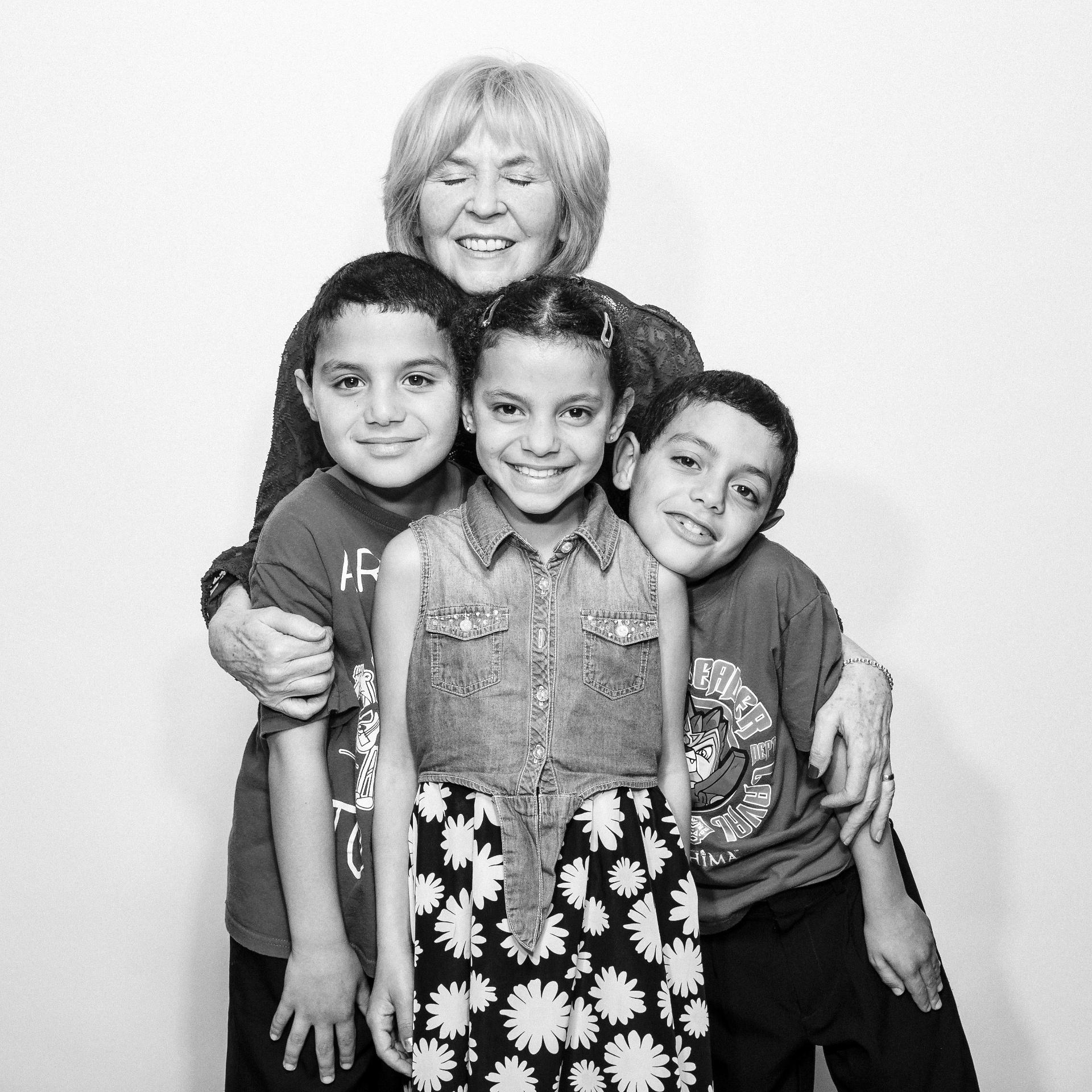 21.mai.2016 - A patrocinadora canadense Carole Atkins com Majid, Zahiya e Moutayam Ahmed, cuja família passou anos em um campo de refugiados no Líbano