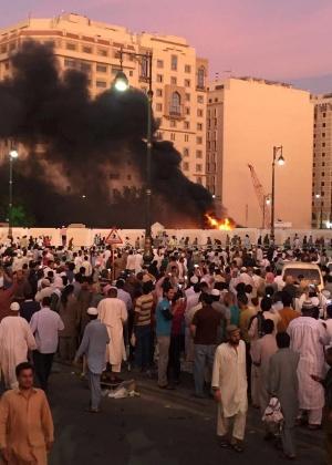 Muçulmanos em frente ao local do atentado perto da Mesquita do Profeta, em Medina