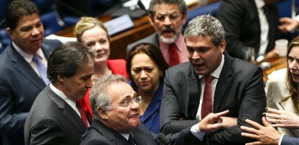 Confusão entre os senadores Gleisi Hoffmann, Lindbergh Farias e o presidente do Senado, Renan Calheiros, durante o segundo dia de julgamento do impeachment - Marcelo Camargo - 26.ago.2016/Agência Brasil