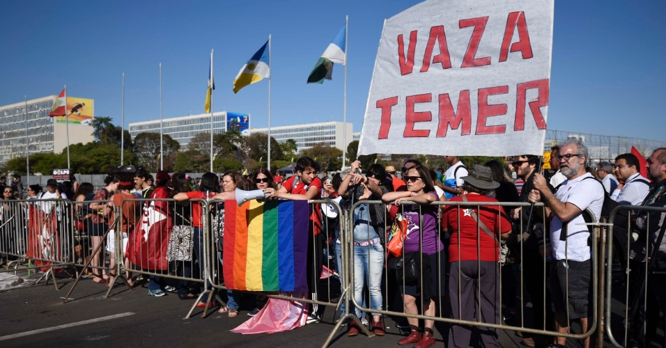 29.ago.2016 - Manifestantes protestam contra o impeachment da presidente afastada, Dilma Rousseff, e contra o presidente interino, Michel Temer, na Esplanada dos Ministérios, em Brasília (DF), durante a defesa de Dilma Rousseff no Senado