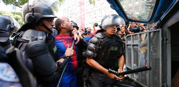 Manifestante fantasiado de Homem-Aranha é detido pela PM durante protesto contra Temer no Rio - Marcelo de Jesus/UOL
