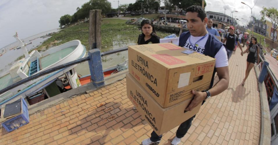 1º.out.2016 - Funcionários do TRE (Tribunal Regional Eleitoral ) chegam à Ilha de Cotijuba, em Belém, transportando as urnas eletrônicas que serão usadas na votação deste domingo (2)