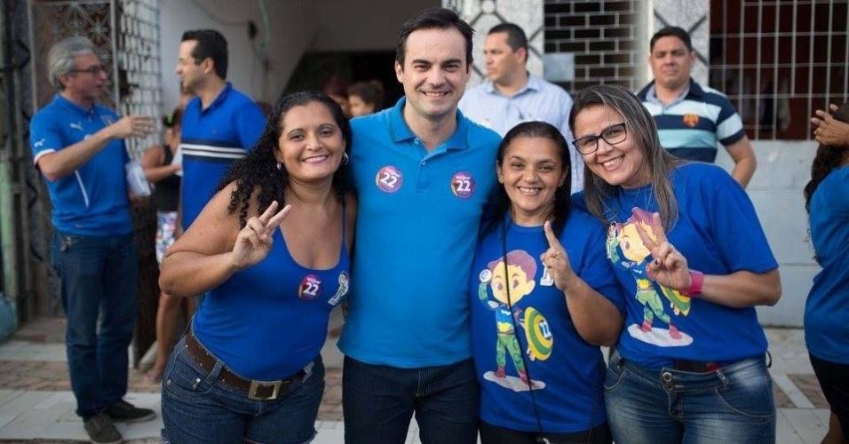1º.out.2016 - O candidato Capitão Wagner (PR) faz campanha em Vila Velha, em Fortaleza, na véspera do 1º turno das eleições municipais