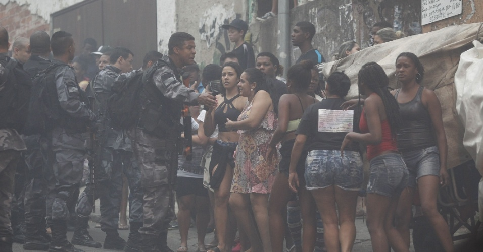 10.out.2016 - Intensa troca de tiros na comunidade Pavão-Pavãozinho, em Copacabana, na zona sul do Rio de Janeiro, causou pânico e fechou o comércio na comunidade e em ruas de Ipanema. Na foto, policiais tentam conter protesto de moradores da favela