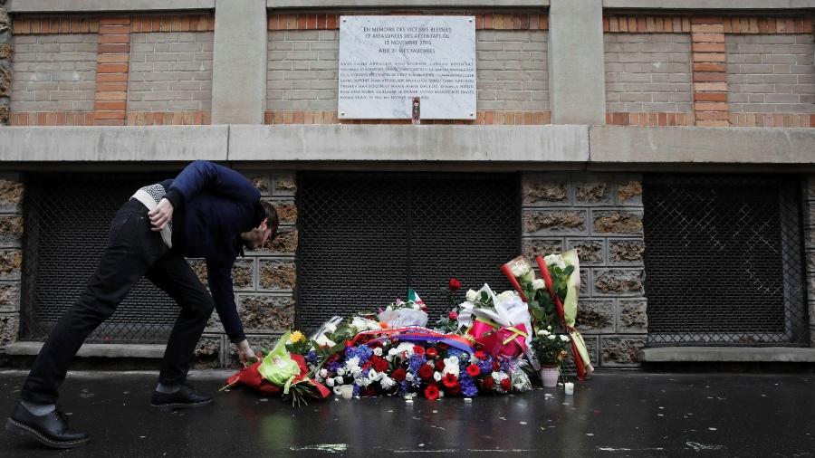 13.nov.2016 - Homem deixa flores sob placa de lembrança de atentado terrorista próximo ao restaurante La Belle Equipe, em Paris - Benoit Tessier/Reuters