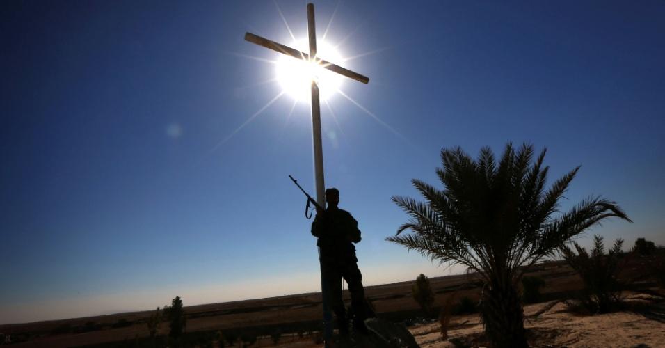 23.nov.2016 - Membro das forças cristãs iraquianas Kataeb Babylon (Brigadas de Babilônia) de guarda sob cruz no monastério católico de Mar Benham Syriac na cidade de Khidr Ilyas, a sudeste de Mosul, no Iraque