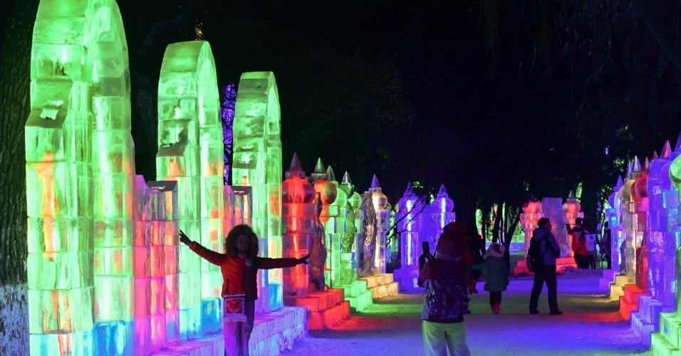 26.dez.2016 - Os temas das esculturas feitas no gelo variam entre construções icônicas da China e de outros lugares do mundo, representações de animais e de personagens de lendas antigas