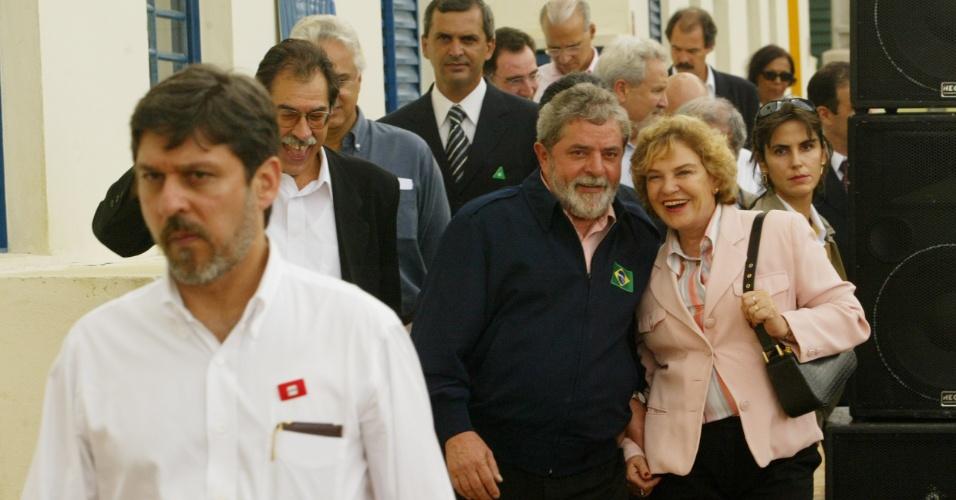 02.fev.2005 - Marisa Letícia e Lula visitam conjunto habitacional após evento do Bolsa Família