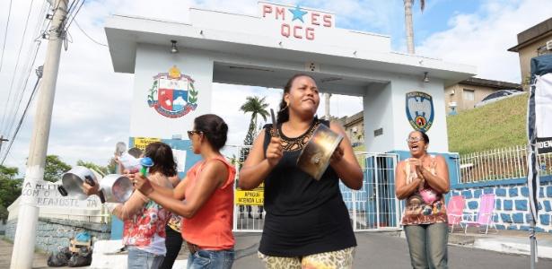 Mulheres de policiais ocuparam as entradas de batalhões