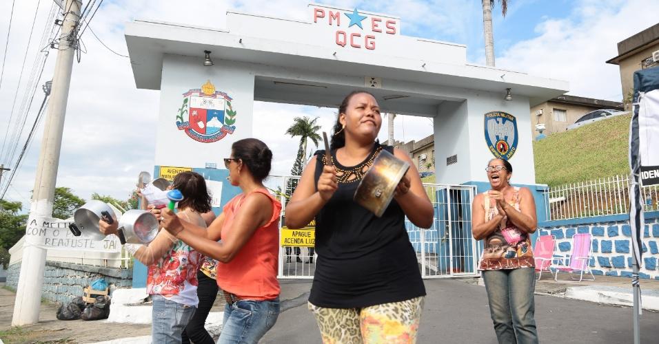 7.fev.2017 - Familiares de policiais militares do Espírito Santo em manifestação em frente ao Quartel do Comando Geral da PM no bairro Maruípe 7