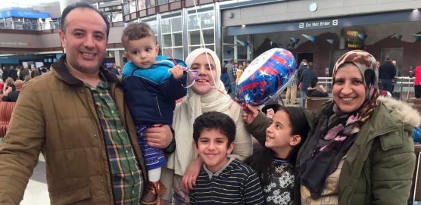 Hana Isweiri (dir.) é recebida por seu marido Ahmed Buhalfaia e crianças no aeroporto internacional de Denver