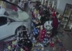 Funcionário escapa por pouco após carro invadir loja de conveniência; assista - BBC