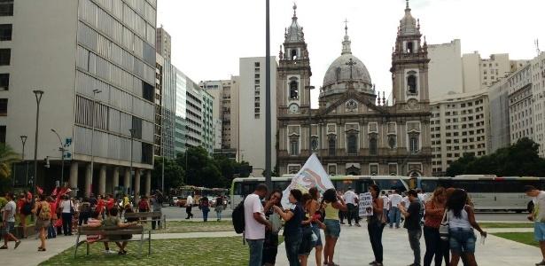 Manifestantes se reúnem na Candelária, no Rio - Paula Bianchi/UOL