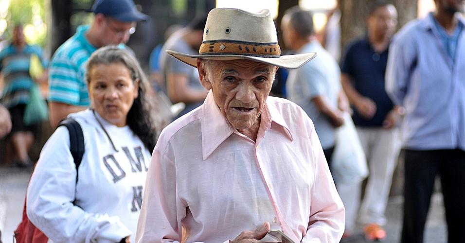 5.abr.2017 - O vendedor Daniel Inácio Pereira, que diz ter 120 anos, participa de pregação ao ar livre na praça da Sé, em São Paulo