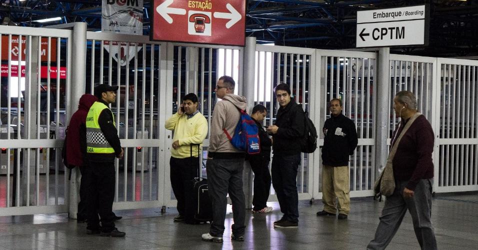 28.abr.2017 - Estação Barra Funda do Metrô e CPTM, na zona oeste de São Paulo, amanhece fechada nesta sexta-feira (28) de greve geral