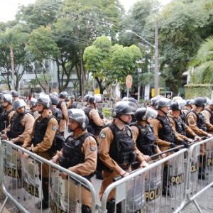 10.mai.2017 - Policiamento reforçado em frente à Justiça Federal durante o depoimento do ex-presidente Lula para Justiça Federal em Curitiba