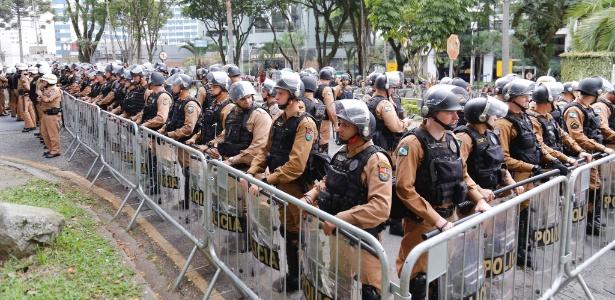 10.mai.2017 - Policiamento reforçado em frente à Justiça Federal durante o 1º depoimento de Lula