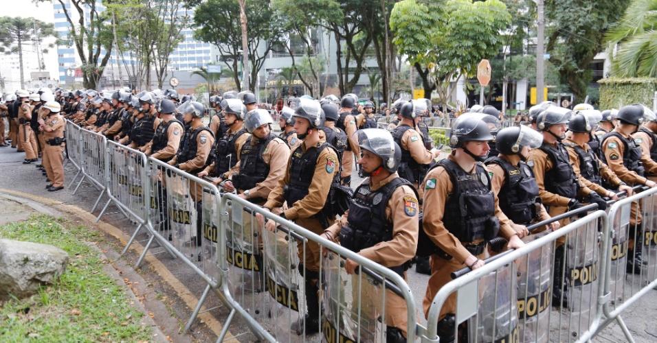 Policiamento reforçado em frente à Justiça Federal durante o depoimento do ex-presidnete Lula para o juiz Sérgio Moro, na Justiça Federal em Curitiba