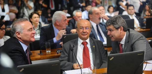 Renan Calheiros (esq.) durante sessão sobre a reforma trabalhista no Senado