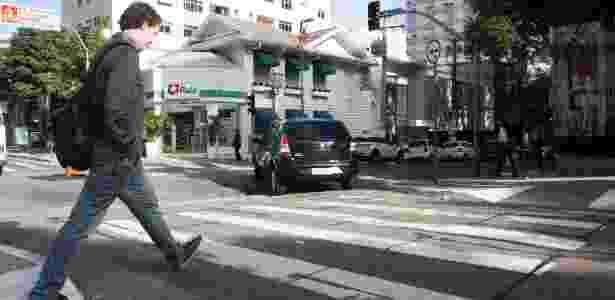 Carro passa sinal vermelho em travessia de pedestres entre a Haddock Lobo e a Oscar Freire - Marcelo Justo/UOL - Marcelo Justo/UOL