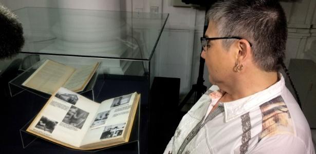 22.jun.2017 - Mulher olha documentos nazistas no Arquivo Nacional do Chile, em Santiago