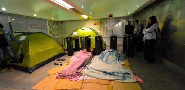 Manifestantes ocupam prédio do CDHU no centro de São Paulo
