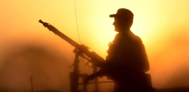 24.jun.2017 - Soldado paquistanês participa de operação nos arredores de Peshawar