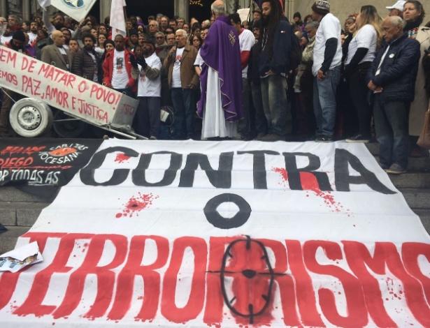 Participantes da missa de sétimo dia de Ricardo de Oliveira Santos vira protesto na Sé