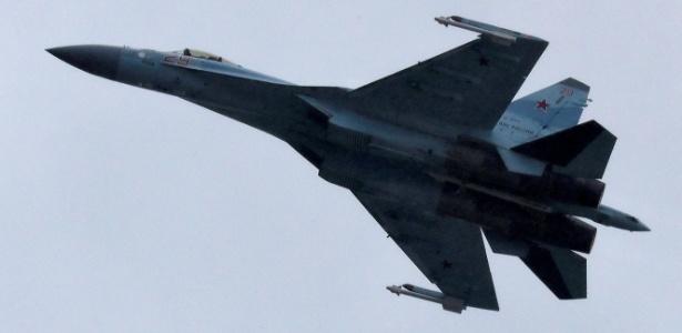 Um Sukhoi Su-35 se apresenta durante feira de aviação em Moscou