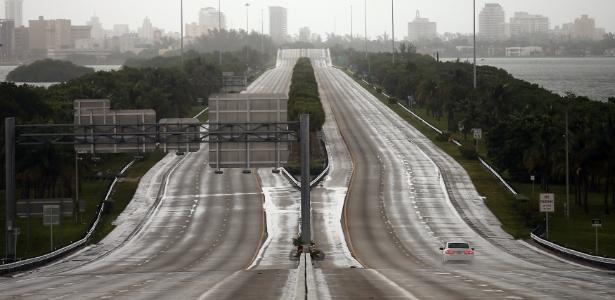 Um único carro trafega em rodovia em Miami antes da chegada do Irma ao Estado