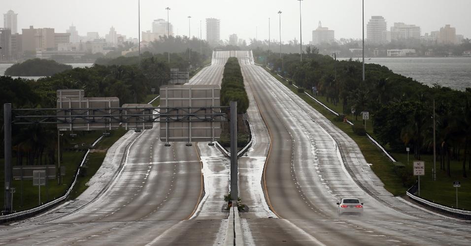 9.set.2017 - Um único carro trafega em rodovia em Miami antes da chegada do furacão Irma ao sul da Flórida