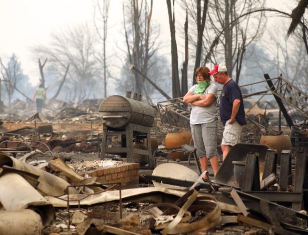 Bruce e Lisa Coats observam o que restou de sua casa em Coffey Park, no norte da Califórnia