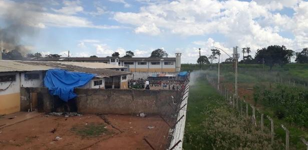 Fumaça registrada durante rebelião no Complexo Prisional de Aparecida de Goiânia, no dia 1º; membros do PCC estão espalhados em cadeias de Goiás