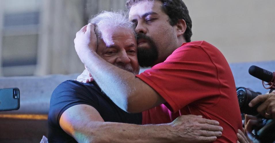 Após  confirmada sua condenação, ex presidente Lula abraça o ativista Guilherme Boulos  em ato promovido pela CUT na Praça da República em São Paulo