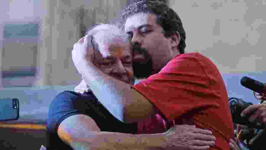 Em janeiro de 2018. após confirmada sua condenação, ex presidente Lula abraça o ativista Guilherme Boulos  em ato promovido pela CUT na Praça da República em São Paulo - Nelson Antoine/UOL