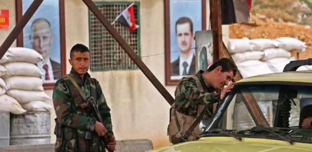 Integrantes das forças do governo sírio em posto de checagem na região de Ghouta Oriental, perto de Damasco