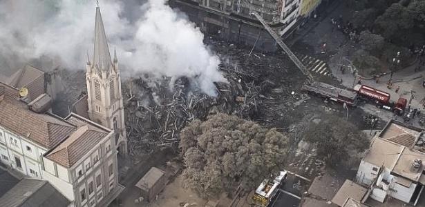 Imagem aérea de escombros de prédio que desabou no centro de São Paulo