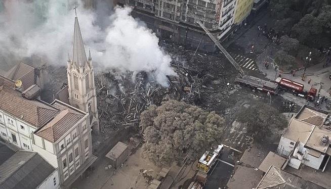 Imagem aérea de escombros de prédio que desabou na região do Largo do Paissandu, no centro de São Paulo